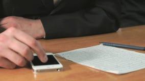 Student som skriver texten genom att använda pennan i dokument lager videofilmer