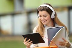 Student som studerar i gatan nära universitet arkivfoton