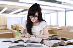 Student som studerar på läs- rum Arkivbild