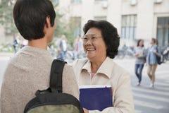 Student som talar med hans professor royaltyfri foto