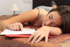 Student som tröttas och sovas i hennes rum royaltyfria bilder