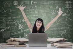 Student som uttrycker lycka i gruppen arkivfoto
