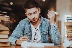 Student Studying am Schreibtisch in der Universitätsbibliothek stockfotografie
