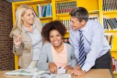 Student With Teachers Looking bij elkaar binnen royalty-vrije stock afbeelding