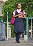 Student Teen Girl Walking aan School stock afbeelding