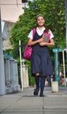 Student Teenage Girl Walking aan School stock fotografie
