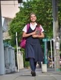 Student Teenage Girl Walking aan School royalty-vrije stock foto's