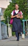 Student Teenage Girl Walking aan School stock afbeeldingen