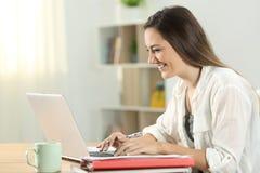 Student thuis online e-leert met laptop Stock Foto