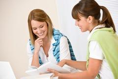 Student thuis - vrouw twee met boek en laptop Royalty-vrije Stock Fotografie