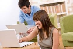 Student - tiener twee met laptop in woonkamer Stock Foto