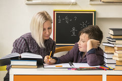 Student tijdens thuiswerk met behulp van een privé-leraar hulp Stock Afbeelding