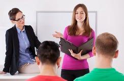 Student under presentationen royaltyfria foton