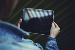 Student uniwersytetu dziewczyna wyszukuje internet przez dotyka ochraniacza Obraz Stock