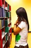 Student uniwersytetu thiking o czym czytać Zdjęcia Stock