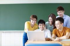 Student Uniwersytetu Używa laptopy W sali lekcyjnej fotografia royalty free