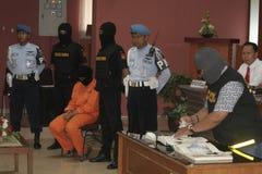 STUDENT VON INDONESIEN VERMUTETE DIE DROGEN-KURIER GESCHMUGGELTEN DROGEN, DIE DURCH ZOLLAMT-STADT SURAKARTA GEFANGEN WURDEN stockbilder
