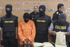 STUDENT VON INDONESIEN VERMUTETE DIE DROGEN-KURIER GESCHMUGGELTEN DROGEN, DIE DURCH ZOLLAMT-STADT SURAKARTA GEFANGEN WURDEN stockfoto