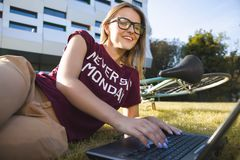 Student Woman Typing On Laptop royalty-vrije stock fotografie