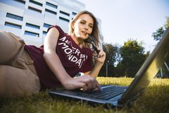Student Woman Typing On Laptop stock foto