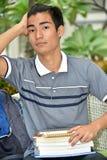 Student Wondering van de universiteits de Filipijnse Jongen royalty-vrije stock fotografie