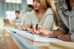 Student Writing Lecture Close omhoog royalty-vrije stock afbeeldingen