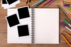 Studenta collegu biurko z pustym albumem fotograficznym i kilka polaroid rama zdjęcie royalty free