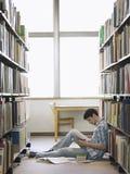 Studenta Collegu czytanie W bibliotece Zdjęcie Stock