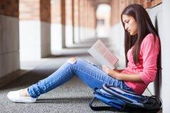 Studenta collegu latynoski studiowanie Zdjęcie Stock