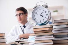 Studenta medycyny bieg z czasu dla egzaminów Obraz Royalty Free