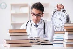Studenta medycyny bieg z czasu dla egzaminów Zdjęcia Royalty Free