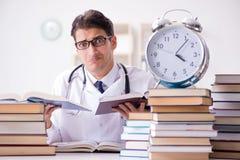 Studenta medycyny bieg z czasu dla egzaminów Obrazy Stock