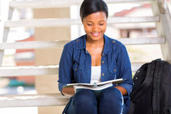 Studenta uniwersytetu czytanie obraz stock