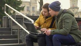 Studentbruksbärbar dator utomhus lager videofilmer