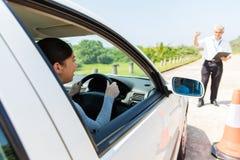 Studentchauffören parkerar bilen arkivbild