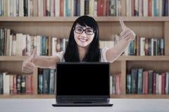 Studentduimen omhoog in bibliotheek Royalty-vrije Stock Foto