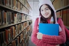 Studente abbastanza adolescente che sta nella biblioteca Fotografia Stock