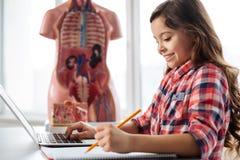 Studente abile creativo che scrive una pubblicazione Immagine Stock