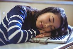 Studente addormentato nel corridoio di conferenza Immagini Stock