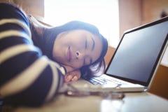 Studente addormentato nel corridoio di conferenza Fotografia Stock Libera da Diritti