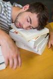 Studente addormentato nella biblioteca Fotografia Stock