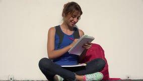 Studente adolescente femminile Drawing stock footage