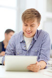 Studente adolescente sorridente con il computer del pc della compressa Immagini Stock Libere da Diritti