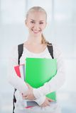 Studente adolescente sorridente con le cartelle Immagini Stock Libere da Diritti