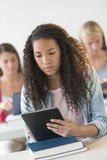 Studente adolescente Using Digital Tablet allo scrittorio Immagine Stock Libera da Diritti