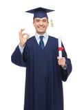 Studente adulto sorridente in tocco con il diploma Fotografie Stock Libere da Diritti