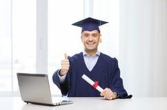 Studente adulto sorridente in tocco con il diploma Fotografia Stock