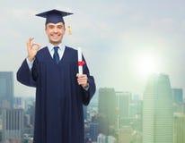 Studente adulto sorridente in tocco con il diploma Immagini Stock Libere da Diritti