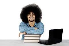 Studente africano con i libri sullo studio Immagini Stock
