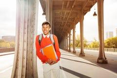 Studente africano felice con i manuali all'aperto Fotografia Stock